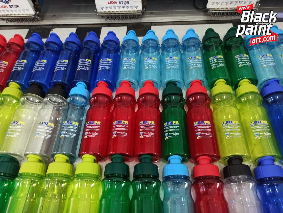 Kamu ingin memiliki botol minuman dengan desain sesuai keinginanmu? Kamu bisa memesannya di Blackpaint Print Shop. Kami adalah salah satu tempat di pekanbaru yang menerima pemesanan botol minuman desain dengan menggunakan aplikasi UV.